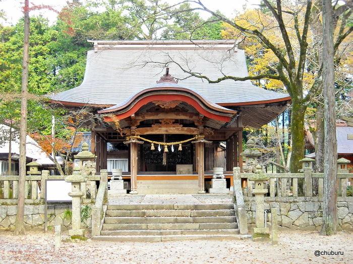 紅葉の赤田神社と龍の墨絵